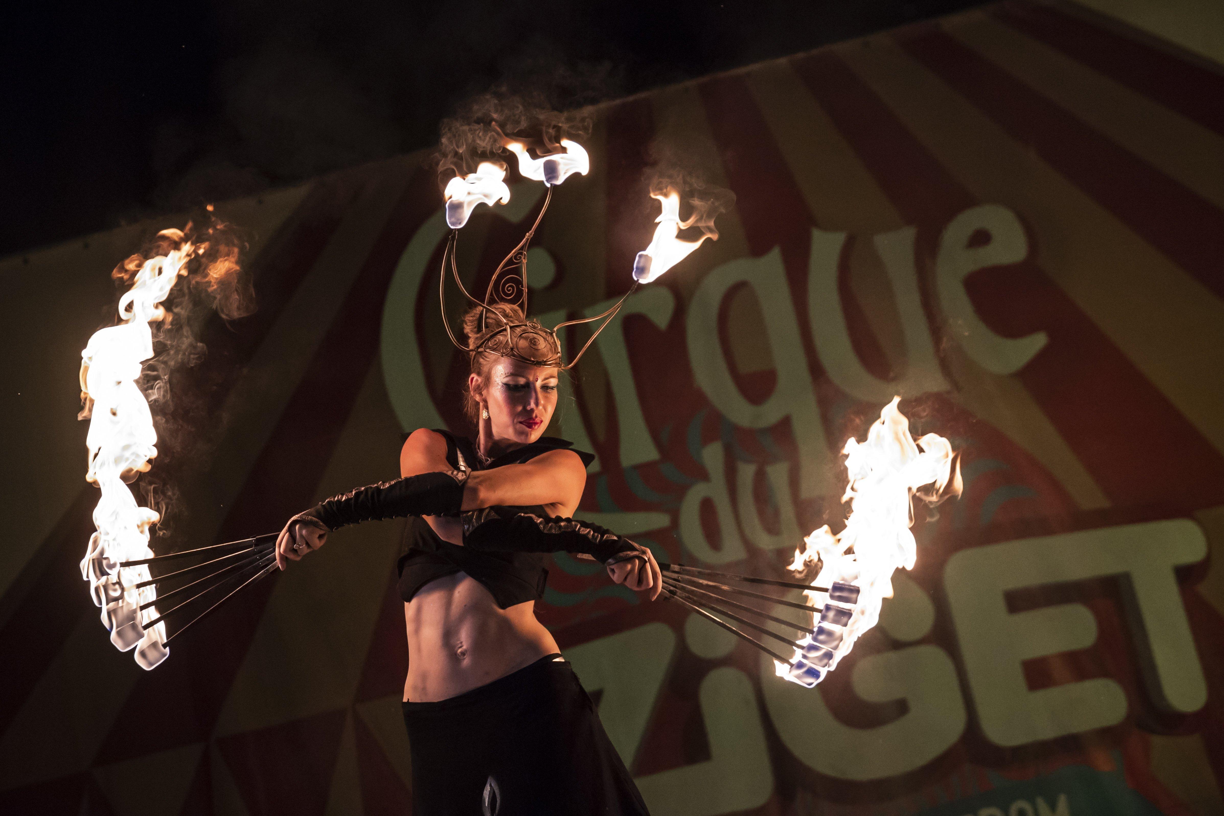 Mihály Cecília a Tűzmadarak zsonglőrcsoport  Flying Swords című előadásán a 26. Sziget fesztivál második napján az óbudai Hajógyári-szigeten.