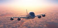 A levegőben repült ki az utasszállító gép szélvédőjén a pilóta