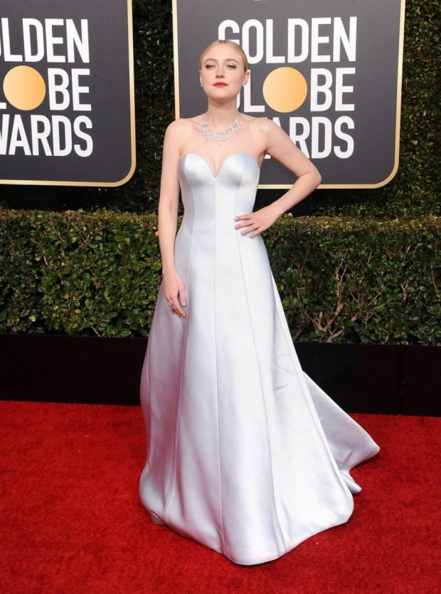 Dakota Fanning fakó bőrét még sápadtabbá tette a ruhája, ráadásul úgy néz ki, mint aki eltévedt és a szalagavató bálja helyett a Golden-Globe díjátadóra keveredett