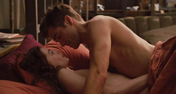 Anne Hathaway és Jake Gyllenhaal közös filmjében, a Szerelem és más drogokban szinte állandóan szexjeleneteket fogattak. A színésznő gyűlölte, hogy az egész stáb figyeli őket és emiatt többször órákra bezárkózott a fürdőszobába sírni.