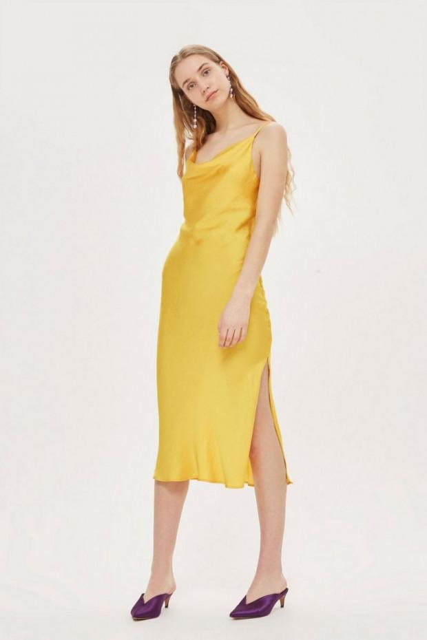 Egy egyszerű sárga ruha alapvetően, de a különleges ejtett nyakvonal és slicc extrává teszi.