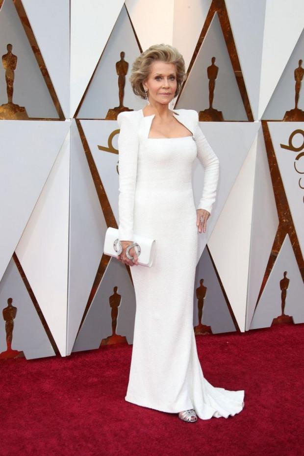 Jane Fonda igazi istennőként tündökölt ebben a gyönyörű fehér estélyiben, persze a csodás színésznőtől nem is vártunk kevesebbet.
