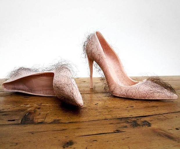 El nem tudjuk képzelni, ki venné fel ezt az undorító szőrös cipőt
