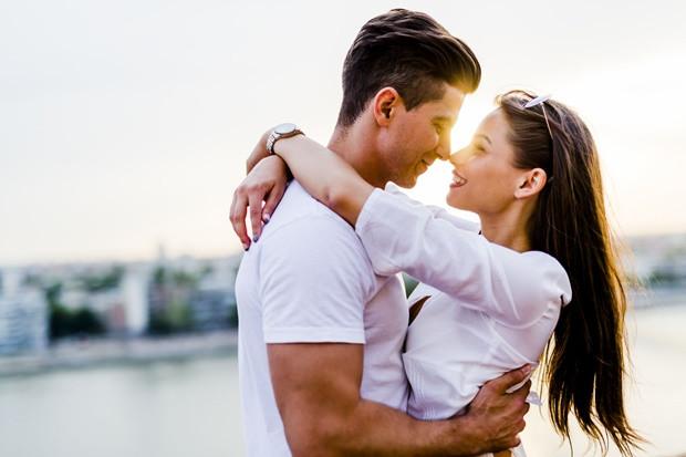 Nem flörtöl veled – Még azok is flörtölnek egymással, akik évek óta együtt vannak – persze, csak ha szerelmesek. Az aranyos, esetenként szexis évődések felpezsdítik a kapcsolatot, hiányuk kínzó és érezhető – és valami rossznak az előjele.
