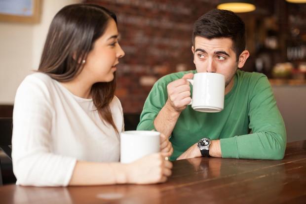 Megszégyenít – A párok igyekeznek védeni egymást mások előtt, igyekeznek falazni a kedvesüknek. Ha azt vetted észre, hogy a társad az utóbbi időben minden létező helyzetben megszégyenít, alád tesz, nyilvánosan kritizál, akkor már nem szerelmes.