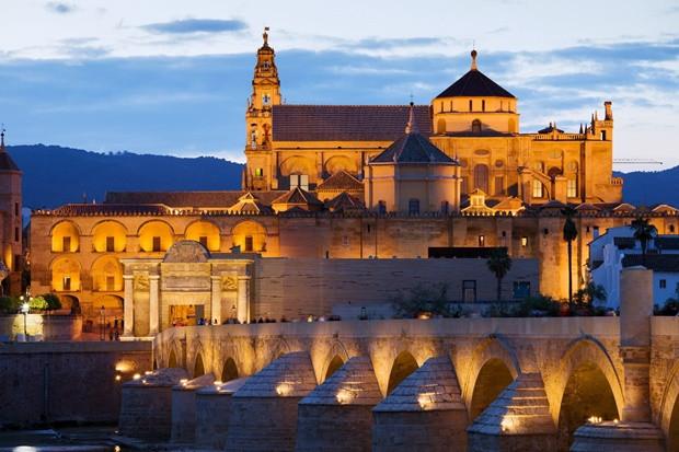 Cordobai Nagymecset, Spanyolország: Ez a 8. századi épület az arab típusú dzsámik leghíresebb példája Európában. Az iszlám hódítás után az épületet megosztották a muszlimok és a keresztények, melynek eredménye egy csodás építészeti és vallási egység.