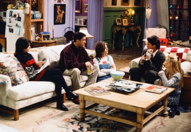 Íme a régi lakás az összes szereplővel (kivéve Joey). Jól látszik a kanapé, a lila fal és a ferde üvegablak.