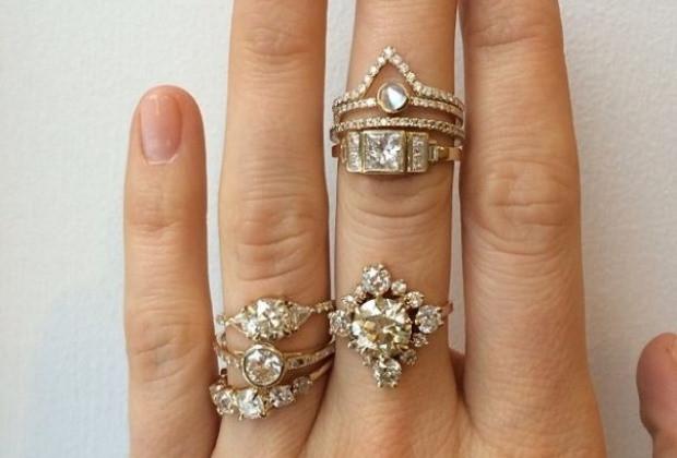 Egy tucatnyi csillogó gyűrű