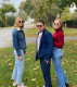Fox a minap az Instagram-oldalán osztott meg egy családi fotót, amin 25 éves ikerlányai, Schuyler és Aquinnah társaságában látható.
