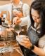 Ausztrália hatalmas kávékultúrával rendelkezik. Ahogy más városokban, úgy Melbourne-ben is a kávézók a legjobb szociális terek, ahol egy jó forró csésze fekete mellett nagyokat lehet lazítani és beszélgetni.
