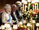 Erzsébet királynő beszédet tart a kastélyban megrendezett királyi fogadáson.