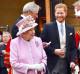 Erzsébet királynő unokáján keresztül üzen Meghannak, szerinte nem mindig jó ötlet szembemenni a hagyományokkal. Az uralkodó az afrikai utat sem tartja időszerűnek.