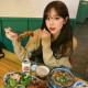 A koreai kultúrában nagy hangsúlyt fektetnek az idősebbek tiszteletére az élet minden területén. Éppen ezért minden egyes étkezésnél az asztalnál ülő legidősebb tag kezd el először enni, a többiek pedig addig a helyükön maradnak, amíg az illető be nem fejezi.