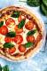 Olaszország messze földön híres konyhájáról – leghíresebb étele talán a pizza, amit szinte minden ember imád a földön. Sokan azonban nem tudják, hogy az országban udvariatlanságnak számít olyan feltétet kérni a finomságra, ami nincs alapból rajta. Így van ez a sajttal is – ha dupla adagot kérsz belőle, igen furán néznek majd rád.