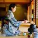 Japánban ősi szokásnak számít, hogy a ház bejáratánál minden esetben illik levenni a cipőt, és mezítláb kell belépni a lakásba. Az emberek a lábbelijüket ilyenkor az ajtó előtt hagyják úgy, hogy az kifelé nézzen. Ezzel a hagyománnyal egyrész megelőzik azt, hogy bevigyék a koszt a házba, ami igen fontos szempont volt a régi időkben, amikor a lábbelik többsége még szalmából készült. Másrészt a Heinan-korszak óta a szőttes anyagokkal fedett padlóra kizárólag mezítláb vagy harisnyás lábbal lehet belépni, hiszen a japán emberek a földön ülve esznek és isznak, sokszor pedig ugyanott alszanak is.