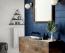 FÜRDŐ - A fürdőt a legtöbben minimalistára vesszük, általában fehér, fekete, bézs vagy barna dizájnt alakítunk ki a helyiségben. Míg a hálóban a kék egy halványabb árnyalata ajánlott, addig a fürdőbe választhatunk sötétet, ami modern és relaxáló hatású.