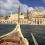 A Vörös Erőd helyszínét a máltai Kalkarában találták meg. Az egykor szénégetők és hajóépítők lakta város két nagy öböl, a Rinella és a Kalkara közti félszigetekre épült.