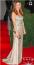 Minden bizonnyal a színésznő nagyon jól érzi magát a test vonalát követő Couture darabban, nem csoda hiszen Valentino.