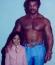 Íme a hollywoodi sztár gyereként, édesapja társaságában. Hihetetlen, mintha őt magát látnánk a kép jobb oldalán. Rocky Johnson is sikeres pankrátor volt.