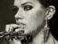 A modell arcán legördülő vízcseppek is mind-mind a fiatal művész ügyességének eredményei.