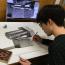 Íme az alkotó és a módszer: az eredeti tárgy, a nagyított képe, pár hegyes ceruza és türelem....