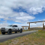 Tavaly nyáron vették meg a Monster Lake Ranch nevű 3000 hektáros birtokotWyomingban.Senki nem hitte, hogy képesek lesznek ideutazni. Úgy tűnik, mégis. Nem akármilyen szettben állt ki Kim és Kanye a gangra.