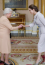 Angelina Jolie igazán szerencsésnek mondhatja magát, hiszen a palotában találkozhatott a királynővel. Látszik is a fotón, mennyire élvezte!