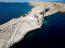 Horvátország ötödik legnagyobb szigetén, a sziklás, mészkő borította Pagon jól érzik magukat az aromatikus fűszer- és gyógynövények. Különleges minőségének köszönhetően a pagi bárányhúst is a messze földön ismert horvát ínyencségek közé sorolják. Ha bicikliznél, 115 km hosszúságban kiépített kerékpárutakon kerekezhetsz, míg a tenger felett függőlegesen emelkedő, alpinista jelzésekkel is ellátott sziklák a szabad mászás rajongóinak jelentenek kihívást. A sziget tenger alatti világa különösképpen vonzó a búvárkodáshoz, a Pagi-öböl pedig egyaránt eszményi a vitorlázáshoz és a szörfözéshez.