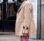 Tűnhet úgy, hogy a kabát nagy, de ezért idén már lehet, hogy csak a táska lesz a feleős. Az apró kézi táskákba egy telefon, zsepi és rúzs könnyen belefér, amitől azonban 2019-ben trendi lesz, az a rikító szín.
