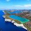 A Telašćica Természetvédelmi Terület Zadartól másfél órás kompútra található: egy védett öböl tizenhárom apró szigettel, kétszáz méteres meredek sziklafalakkal, csak itt élő ritka növényekkel, különleges madarakkal, szabadon kószáló szamarakkal és egy sós vizű tóval, a Mirrel, amely a Telašćica natúrpark egyik fő látványossága. A 900 méter hosszú és 300 méter széles tóba föld alatti repedéseken keresztül jut el a tengervíz. Zártsága és az erős párolgás miatt sósabb, mint a tenger, a hőmérséklete pedig nyaranta akár 30 fok fölé is emelkedhet.