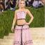 Lily-Rose Depp Chanel ruhában a 2021-es MET-gálán