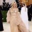 Sienna Miller Gucci ruhában a 2021-es MET-gálán