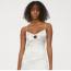 H&M  Íme még egy fotó az előző ruháról, de már fehér színben. Annyira gyönyörű, hogy egyszerűen nem tudtunk dönteni a kettő közül. Bár borozgatáshoz ez a szín nem a legideálisabb, mi még egy szolid tengerparti esküvőre is el tudnánk képzelni menyasszonyi ruha gyanánt.