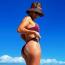 Jennifer Lopez  A latin dívától sem furcsa, ha a kelleténél egy kicsit kevesebb ruha van rajta: fellépéseit például rendszerint csak egy body-ban és egy harisnyában tartja meg, ezért nem is szokatlan tőle, ha a közösségi médiájára bikinis képet posztol.