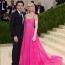 Brooklyn Beckham és Nicole Peltz Valentino ruhábana 2021-es MET-gálán