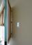 A termosztát fontos eleme a háznak a hűtéshez/fűtéshez, de nem muszáj nonstop látótérben lennie. Ez a faliképes megoldás zseniális, ráadásul a csikicsuki miatt bármikor irányíthatod a kütyüt, ha szükséges.
