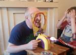 """Videó: így játszik a nagypapa sütis """"oroszrulettet"""" az unokájával"""