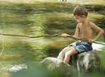 Imádja az internet ezt a cuki kisfiút: igazi halat fogott a játékbotjával