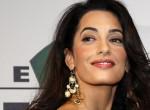Amal Clooney Dior blézerben sztárügyvédkedik