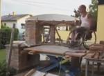 Ez a kerekesszékes srác olyan grillsütőt épít a saját kezével, hogy eláll a szavad