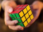 Elképesztően zavarbaejtő, amit ez a srác a Rubik-kockával művel