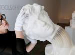 Olyan anyagból készít szobrokat ez a nő, amire senki nem gondolna - Szenzációs!