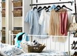 Így tárold a ruháidat gardróbszekrény nélkül – Kreatív megoldások kis lakásokba