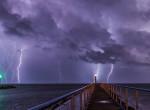 Így csapott le a vihar a Balatonra - Látványos villámparádé a magyar tenger felett
