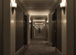 Becsekkolt a srác a hotelbe, nagyon meglepődött, mikor a szobájához ért