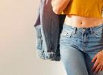 Így lesz divatos és szexi az egyszerű farmer-póló kombináció