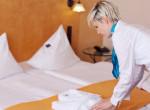 A takarítónő olyan dolgot talált a hotelszobában, amitől elsírta magát - Videó