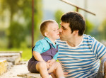 Ezért ne puszild szájon soha a gyereked - Íme a pszichológusok válasza