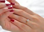 Gyűrűjével dicsekedett a menyasszony, de szörnyű dolgot vettek észre a fotóján