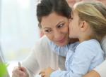 Soha ne erőltessük a gyereket, hogy megpuszilja a nagyszülőket - Ezt okozzuk vele